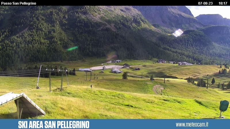 Webcam Passo San Pellegrino - Skilift Chiesetta - Altitudine: 2.030 metriPosizione: skilift ChiesettaPunto Panoramico: webcam statica. Panorama verso le piste da sci e gli impianti di risalita del Passo San Pellegrino (10 km da Moena). Sullo sfondo il Col Margherita.