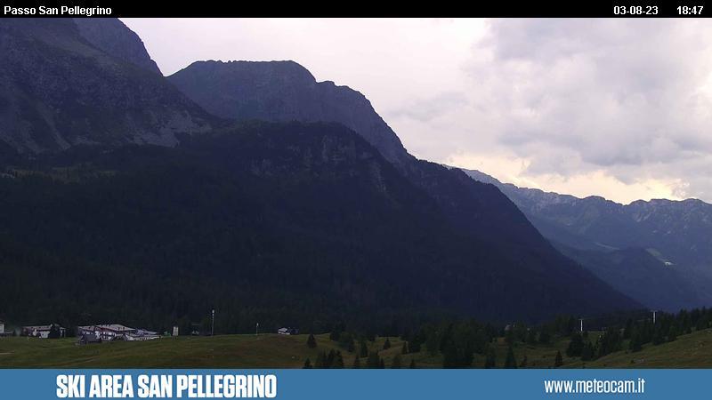 Webcam San Pellegrino Pass - Ski lift Chiesetta and chair lift Gigante - Altitude: 2,030 metresArea: Chiesetta ski liftPanoramic viewpoint: static webcam. View over the slopes and liftson San Pellegrino Pass (10 km from Moena). Col Margherita, Iuribrutto and Cima Bocche peaks in the background.